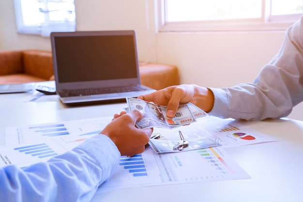Retrato de um homem de negócios virado na mesa no escritório.