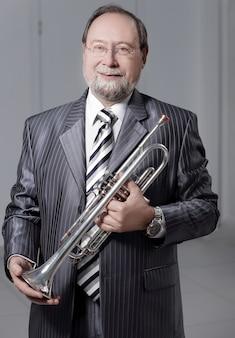 Retrato de um homem de terno cinza com um trompete