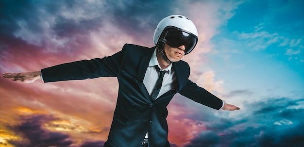 Retrato de um homem de terno e capacete. ele está voando no céu