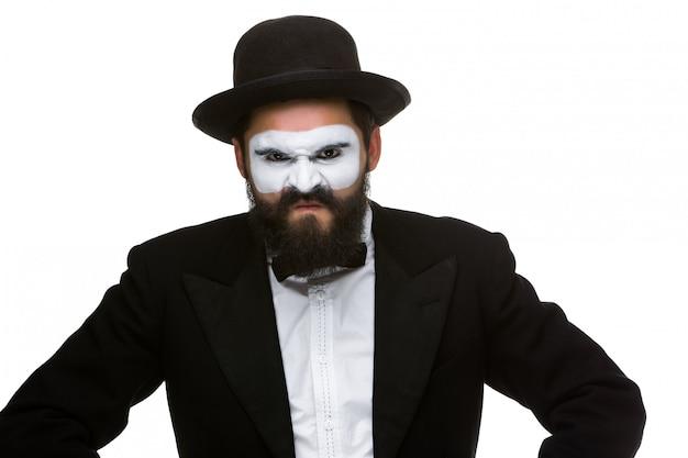 Retrato de um homem desdenhoso em mímica de maquiagem