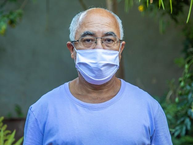 Retrato, de, um, homem, desgastar uma máscara médica