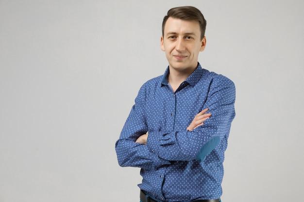 Retrato de um homem em roupas de negócios com as mãos postas um branco