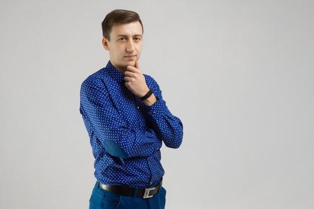 Retrato de um homem em roupas de negócios com uma mão no rosto