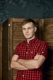 Retrato de um homem em roupas de verão em casa