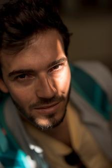 Retrato, de, um, homem, em, sombra, com, luz, vislumbre