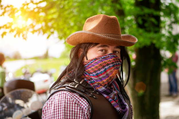 Retrato, de, um, homem, em, um, chapéu vaqueiro, e, um, coberto, rosto, echarpe