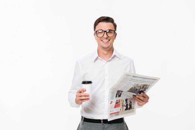 Retrato de um homem em uma camisa branca e óculos