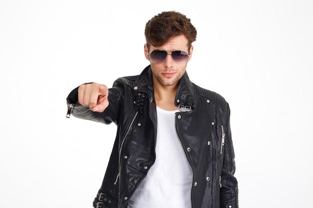 Retrato de um homem em uma jaqueta de couro e óculos de sol