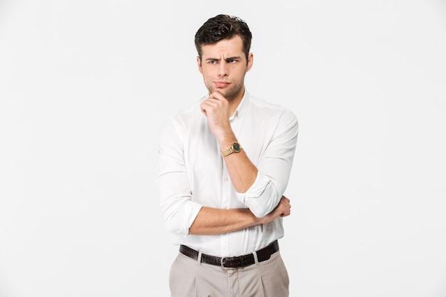 Retrato de um homem encantador pensativo na camisa branca