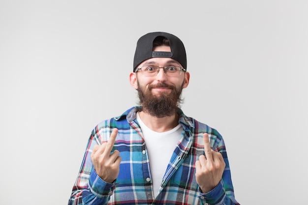 Retrato de um homem engraçado mostrando o dedo médio gesticulando foda no fundo branco.