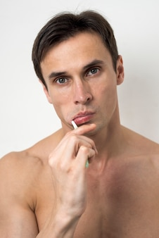 Retrato, de, um, homem, escovar, seu, dentes