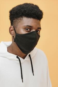 Retrato de um homem estiloso usando máscara facial