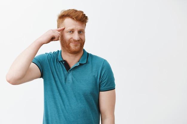 Retrato de um homem europeu maduro rolando o dedo no templo e zombando de alguém