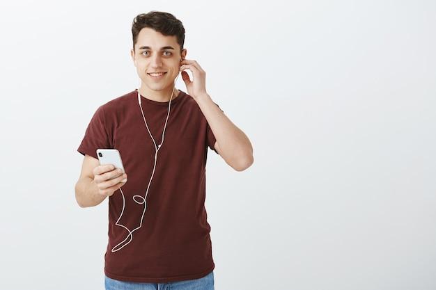 Retrato de um homem extrovertido, bonito, caucasiano, com cabelo escuro curto