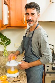 Retrato, de, um, homem, fazer, suco laranja, cozinha
