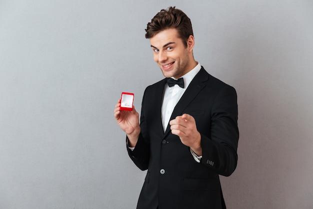 Retrato de um homem feliz satisfeito vestido de smoking