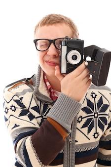 Retrato de um homem fotógrafo com câmera retro