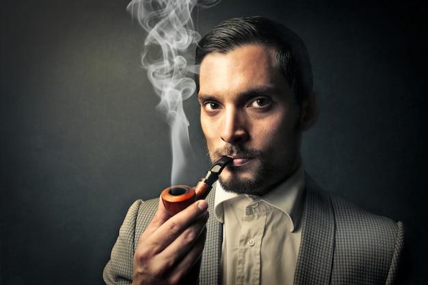 Retrato, de, um, homem fumando um cano