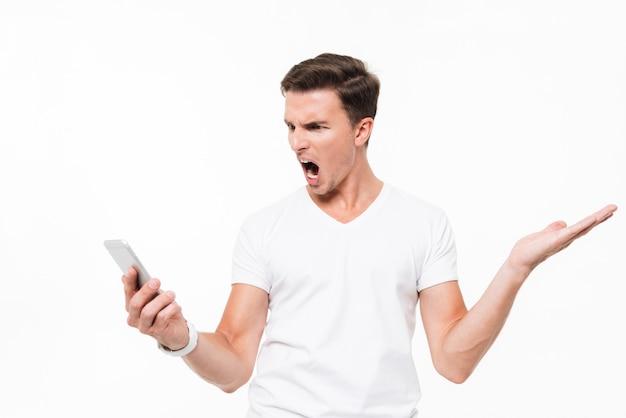Retrato de um homem furioso com raiva em t-shirt branca