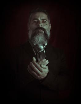 Retrato de um homem gótico de terno e lenço. dia das bruxas. fantasia de dia das bruxas