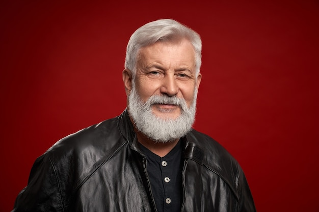 Retrato de um homem idoso confiante em uma jaqueta de couro preta