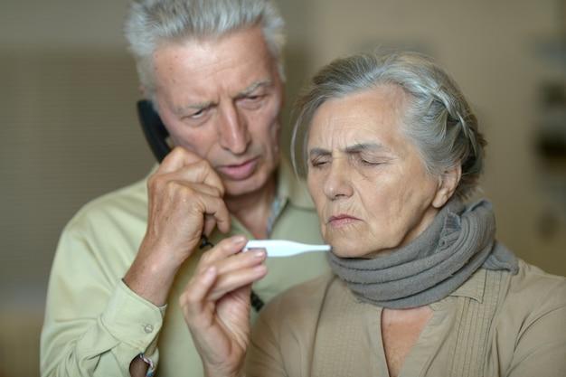 Retrato de um homem idoso e uma mulher com gripe