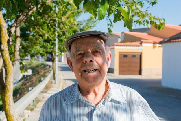 Retrato de um homem idoso na rua de uma cidade