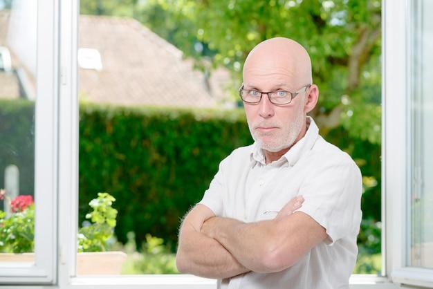 Retrato de um homem irritado com os braços cruzados