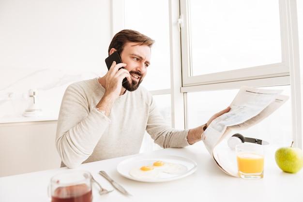 Retrato de um homem irritado, falando no celular