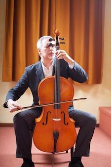 Retrato, de, um, homem, jogando um violoncelo