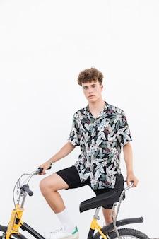 Retrato, de, um, homem jovem, com, bicicleta, branco, fundo