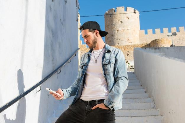 Retrato, de, um, homem jovem, com, boné, e, um, jaqueta jeans