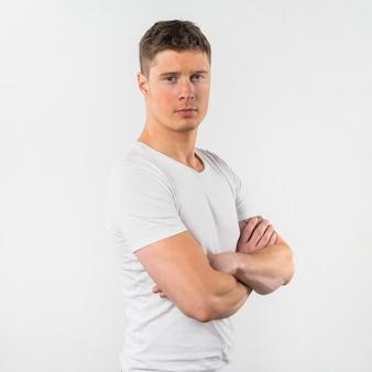 Retrato, de, um, homem jovem, com, braços cruzaram, isolado, branco, fundo