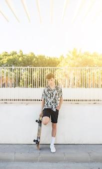 Retrato, de, um, homem jovem, com, skateboard