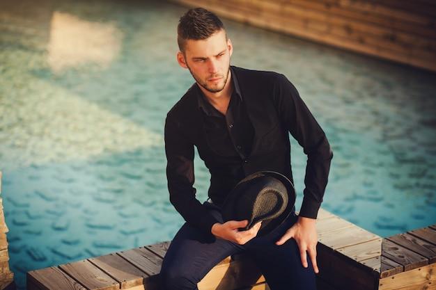 Retrato de um homem jovem e bonito, modelo da moda.