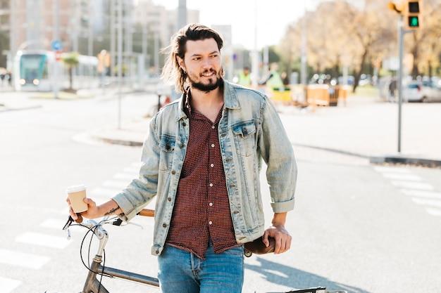 Retrato, de, um, homem jovem, ficar, perto, a, bicicleta, estrada