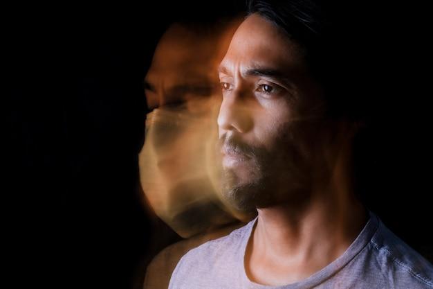 Retrato de um homem latino de perfil e uma imagem do fantasma com uma máscara