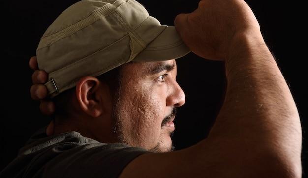 Retrato de um homem latino em fundo preto
