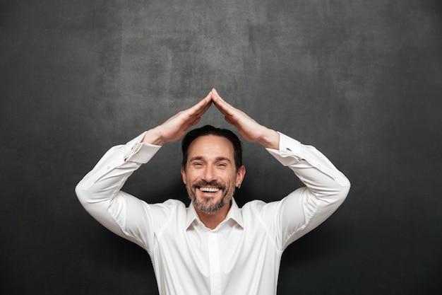 Retrato de um homem maduro feliz vestido de camisa