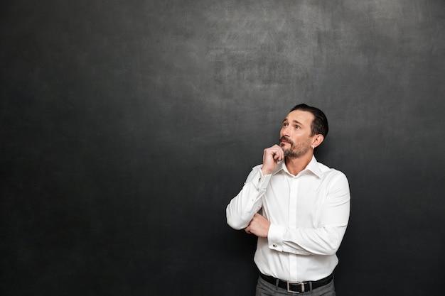 Retrato de um homem maduro pensativo vestido de camisa