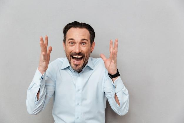 Retrato de um homem maduro surpreso vestido de camisa