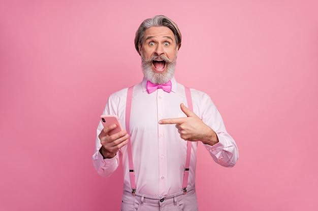 Retrato de um homem maravilhado em êxtase usando o dedo direto do celular