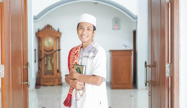 Retrato de um homem muçulmano asiático estiloso na mesquita, após sholat