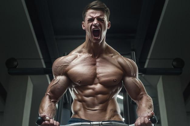 Retrato de um homem musculoso no ginásio