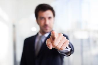 Retrato, de, um, homem negócios, apontar, seu, dedo