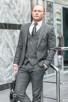 Retrato, de, um, homem negócios, com, passe bolso
