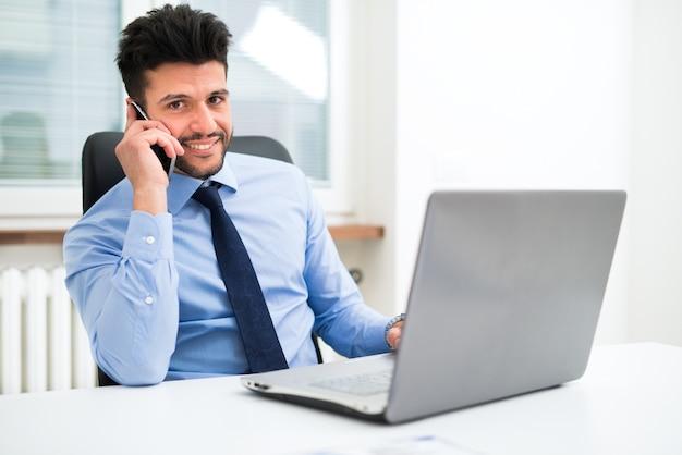 Retrato, de, um, homem negócios, conversa telefone