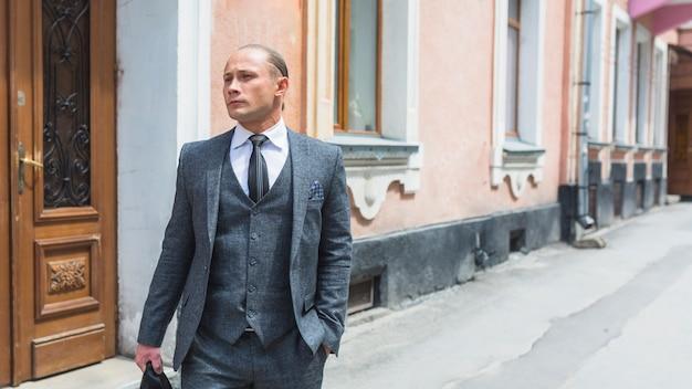 Retrato, de, um, homem negócios, em, paleto, ficar, ligado, rua