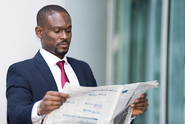 Retrato, de, um, homem negócios, lendo um jornal