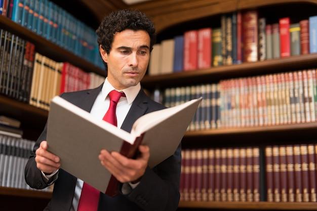 Retrato, de, um, homem negócios, lendo um livro
